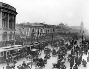 Колонна германских военнопленных проходит Садовую улицу по Невскому проспекту