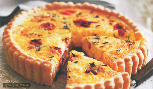 Французский киш с сыром эмменталь, копченой грудинкой и томатами черри