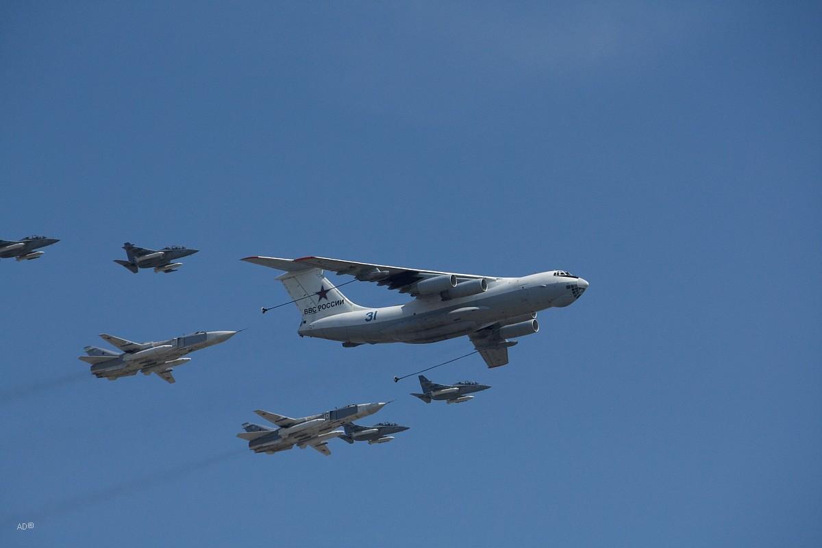 Самолет-заправщик Ил-78 в строю с 2 фронтовыми бомбардировщикам и Су-24М и 4 учебно-боевыми Як-130 (которые впервые приняли участие в параде)