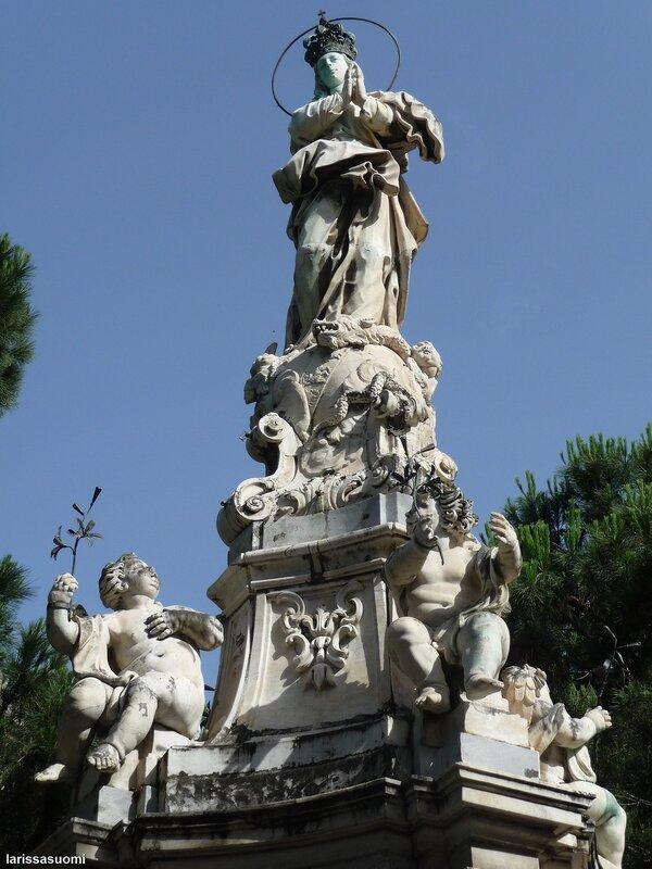 Скульптура Мадонны.
