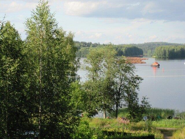 По озеру Уннукка везут лес для БК