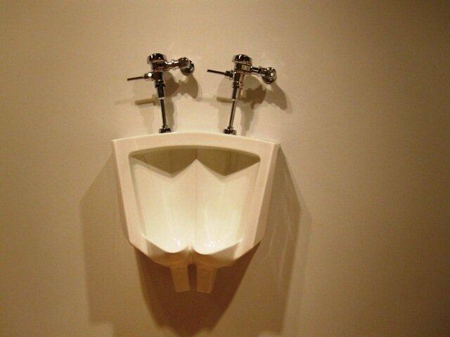 Alex Schweder, born 1970. Bi-Bardon. Vitreous china. 2001 в Музее современного искусства, Сан-Франциско,  США