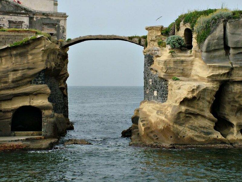 Мост в городке Гайола, Италия