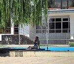 Летом, у фонтана