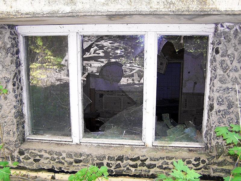 Разбитое окно буфета