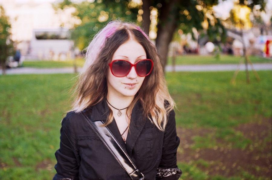 Девушка в тёмных очках.