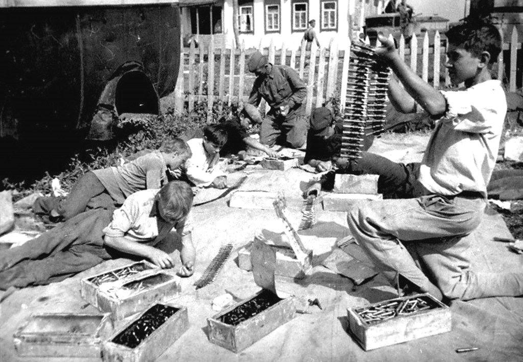 Ученики школы прифронтового села за набивкой патронных лент для советской авиачасти. 1942 год.