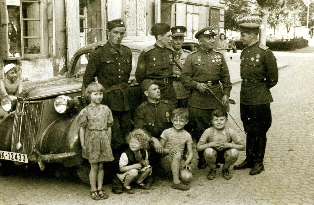 Советские офицеры и чехословаки, 1945г..jpg