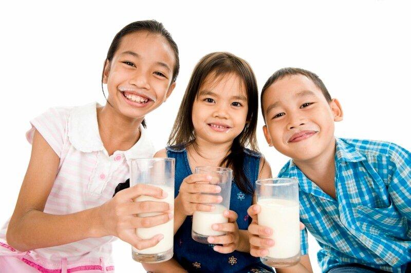 Врачи предупреждают о вреде молока перед сном для детей!