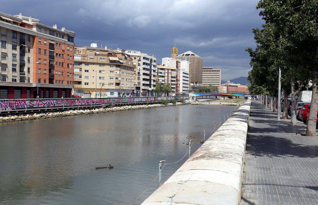 Малага. Набережная Команданте Бенитес (Avenida del Comandante Benítez). Река Гуадальмедина
