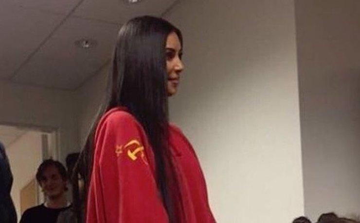 Ким Кардашьян в толстовке с советской символикой (4 фото)