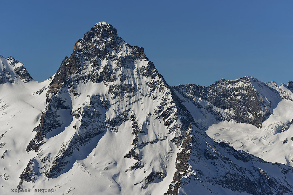 24. В ясную погоду можно с вершины горы Мусат-Чери можно увидеть красавец Эльбрус. Причем совер