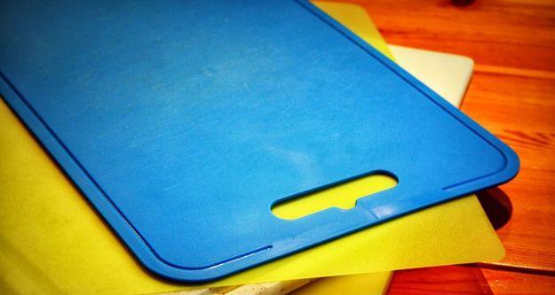 23.Обновляем разделочные доски Замочите пластиковые доски в раковине – в воде и отбеливателе по край