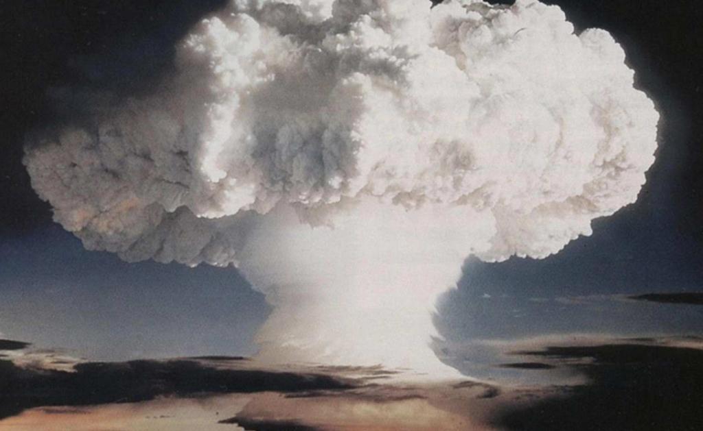 Но самым опасным последствием взрыва станет, конечно же, радиационное заражение. Распад тяжелых элем