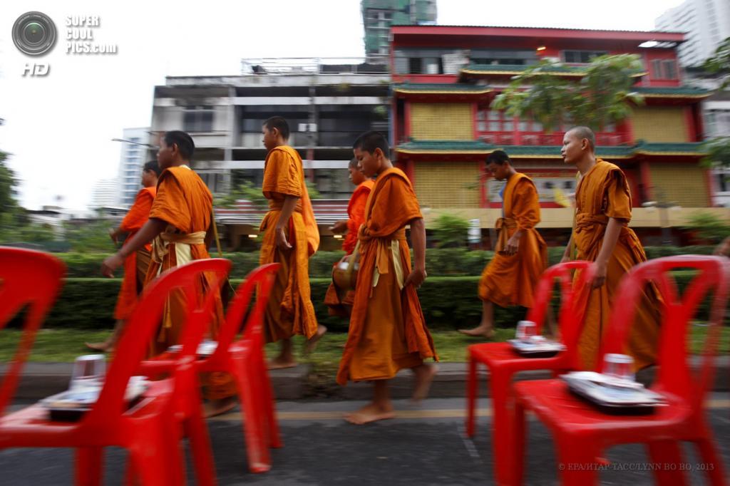 Таиланд. Бангкок. 19 мая. Во время утренней молитвы в честь предстоящего праздника Весак. (EPA/И