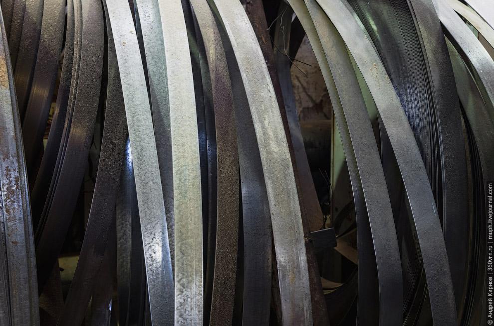 16. Они делаются из оцинкованной стали толщиной 2 мм и стягиваются с помощью стальных заклепок.