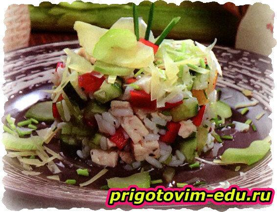 Салат из риса с овощами и сыром
