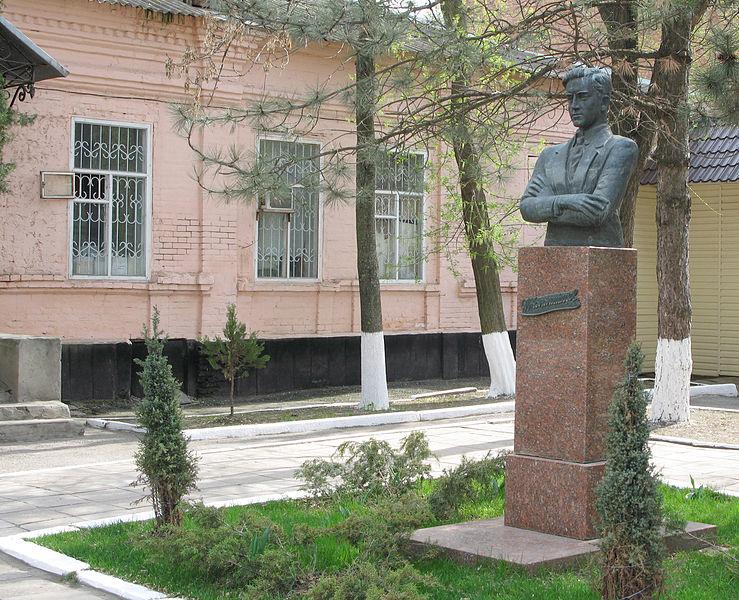 Памятник Ивану Осиповичу Коломийцеву в Сальске на ул. Ленина