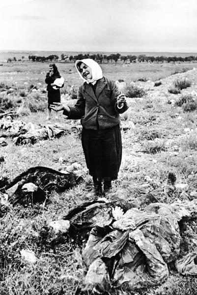 Женщина оплакивает солдат павших в боях за Севастополь.jpg