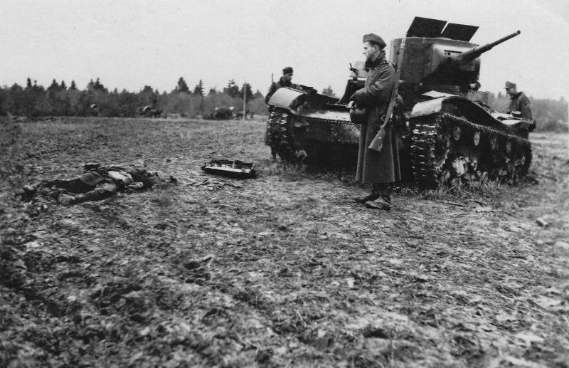 Нем. солдаты рядом с подбитым Т-26 и погибшим красноармейцем. 41.jpg