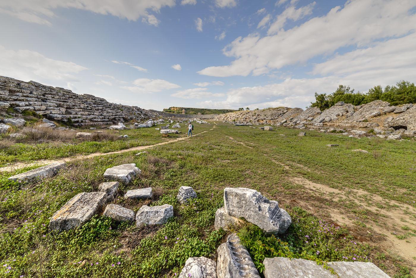 Фото 25. Представьте, как пару тысяч лет назад над этим полем взлетал рёв болельщиков. Остатки стадиона в древнем городе Перге, что расположен недалеко от Анталии. 14 мм, тонмаппинг.