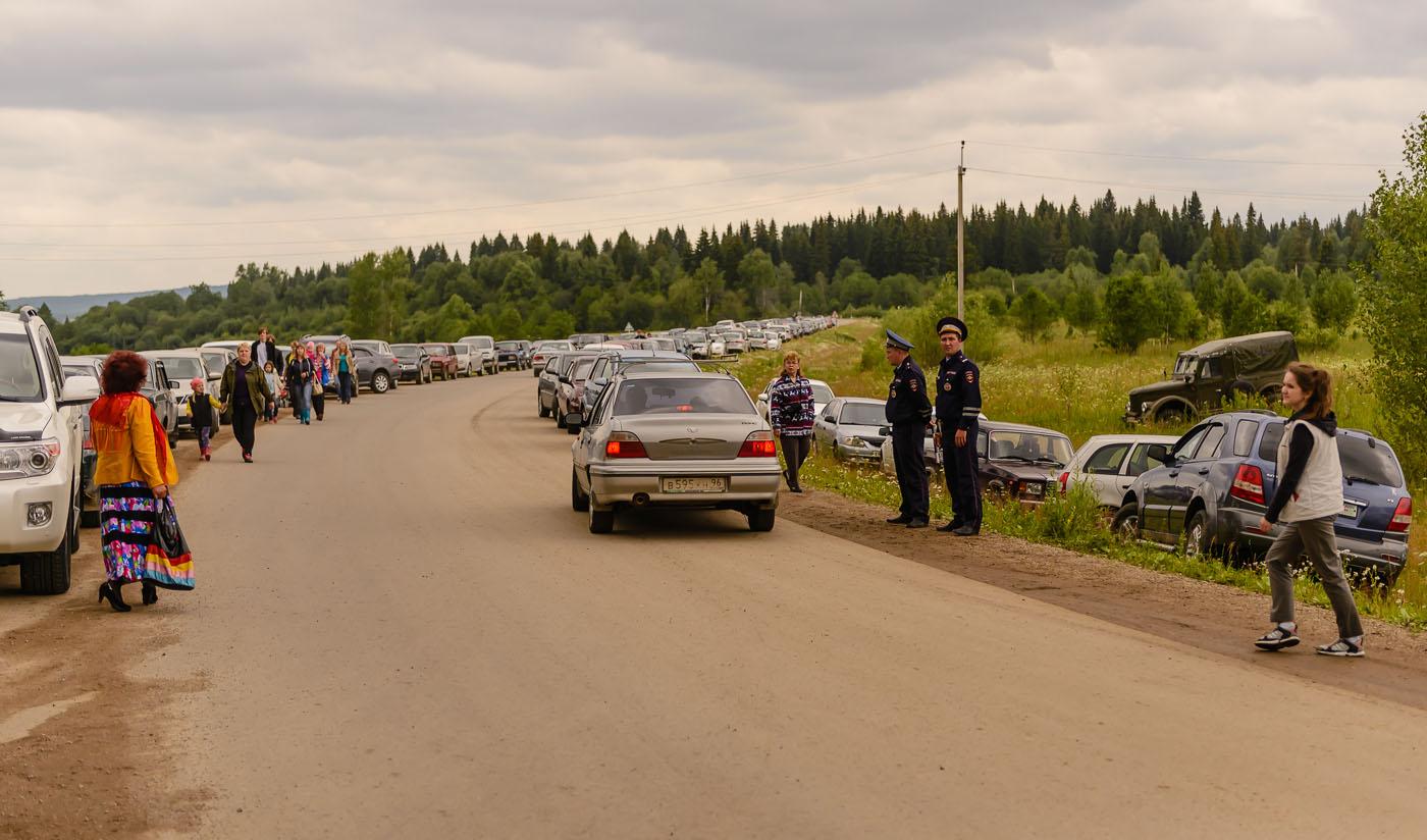 Фото 33. Так выглядела дорога у подъезда к турниру косарей в поселке Арти. В обратную сторону – то же самое. Еще сотни автомобилей стояли на импровизированной парковке. 1/320, -0.33, 5.0, 500, 70.