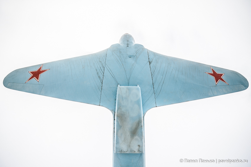 самолет памятник