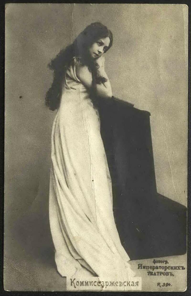Современники в большинстве своём были единодушны во мнении: М. Диллон изобразила актрису такой, какой они её помнят! Им запомнился этот характерный наклон фигуры и жест руки, готовой отодвинуть незримый занавес, обретающий в бронзе символическое звучание