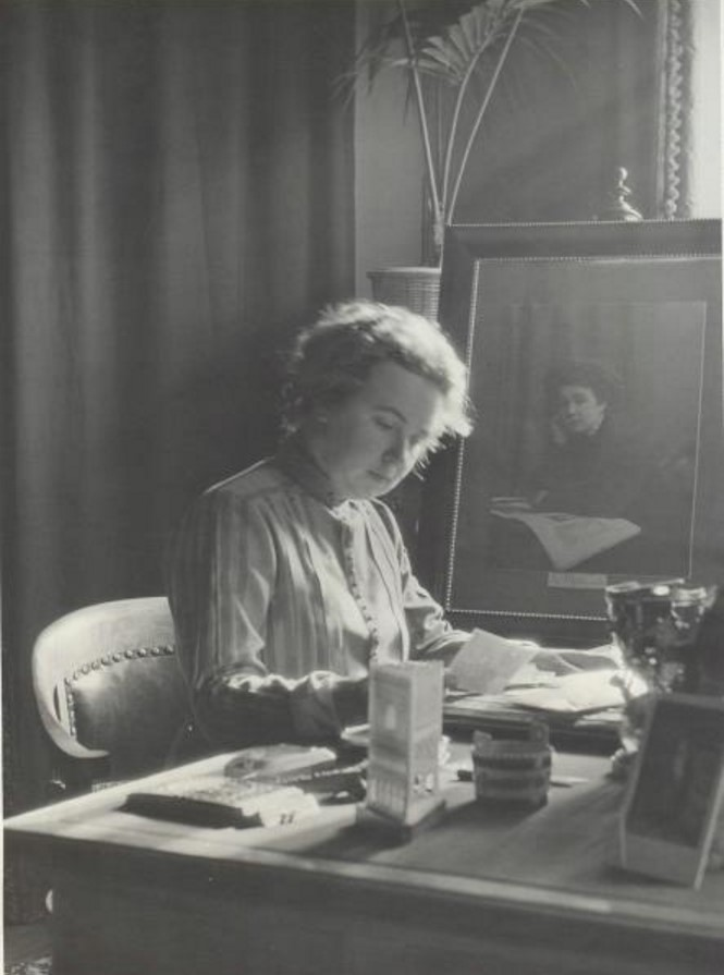 Женщина за письменным столом