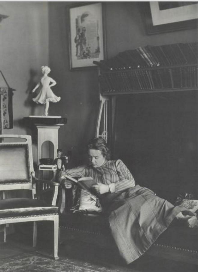Портрет молодой женщины с книгой в руках