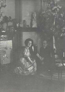 Портрет Веры Шуваловой и мужчины в гостиной перед камином