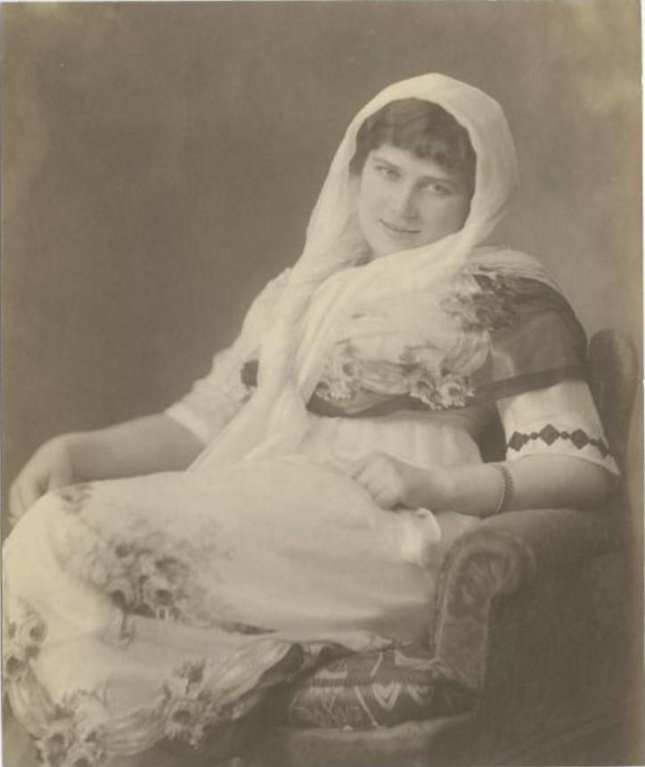 Дама в белом шарфе