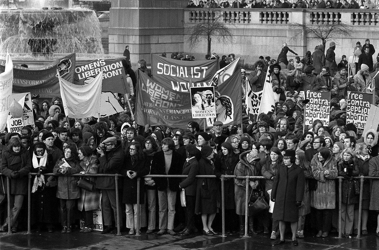 1971. 6 марта. Часть участников демонстрации на Трафальгарской площади, слушающих выступления ораторов с требованием равных прав для женщин