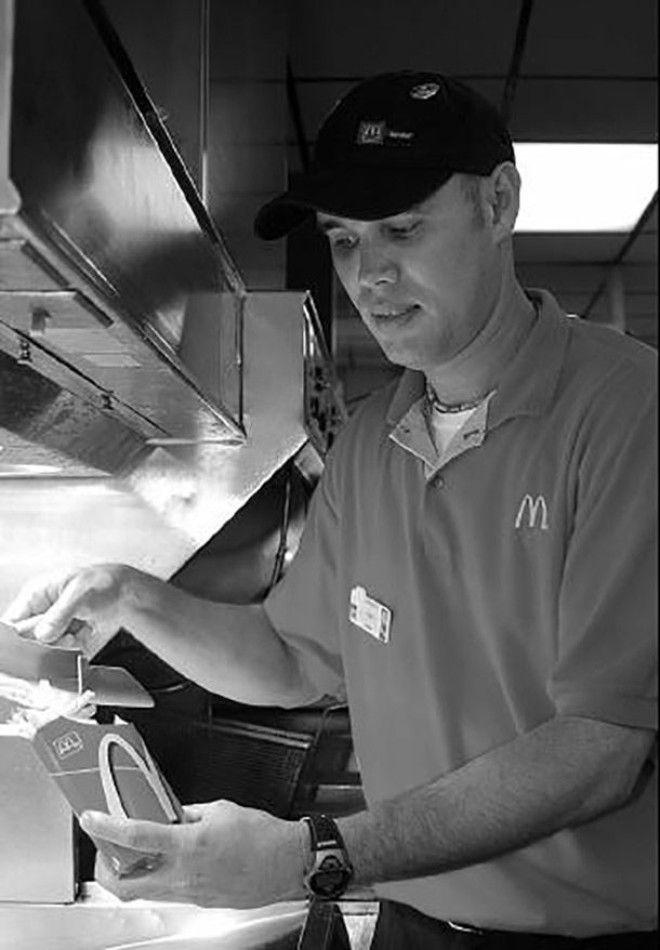 Только представьте: сумму, которую сотрудник ресторана зарабатывает за 7 месяцев, директор зарабатыв