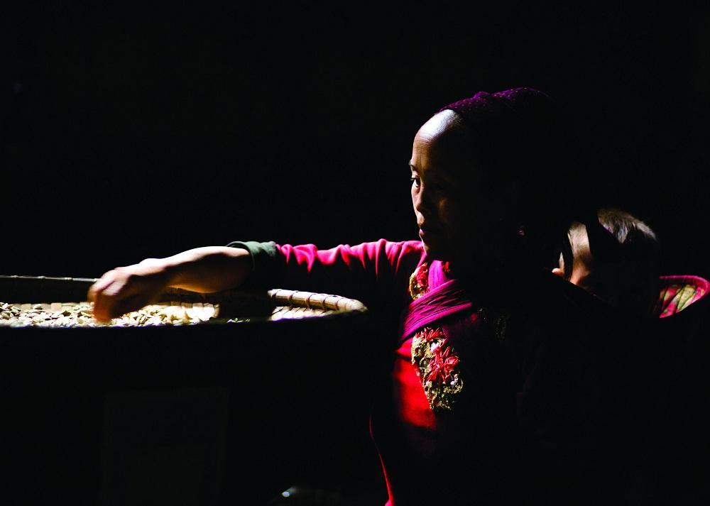 Женщина племени хмонг делает традиционную одежду.