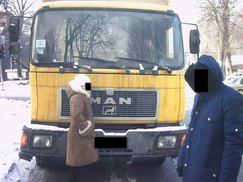 Статист перед кабиной грузовика МАН на допосмотре