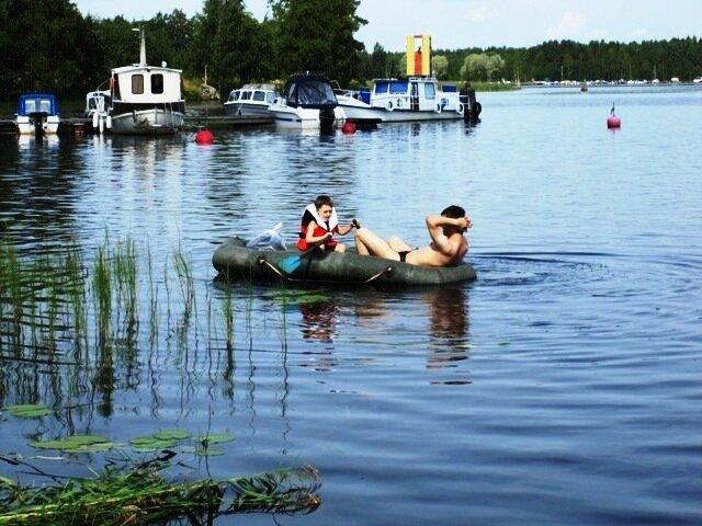 На надувной лодке по озеру