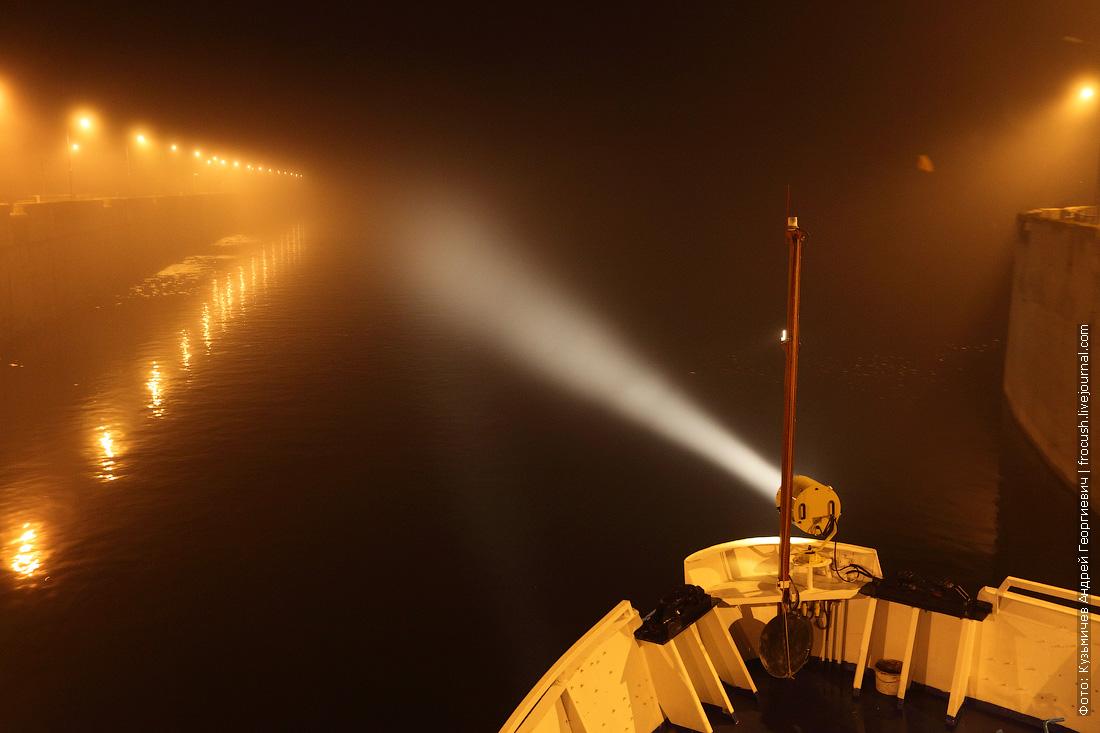 включенный носовой прожектор на теплоходе Русь Великая