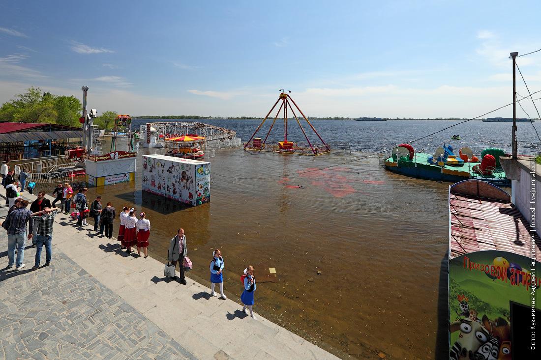 затопленные аттракциолны на набережной Волгограда