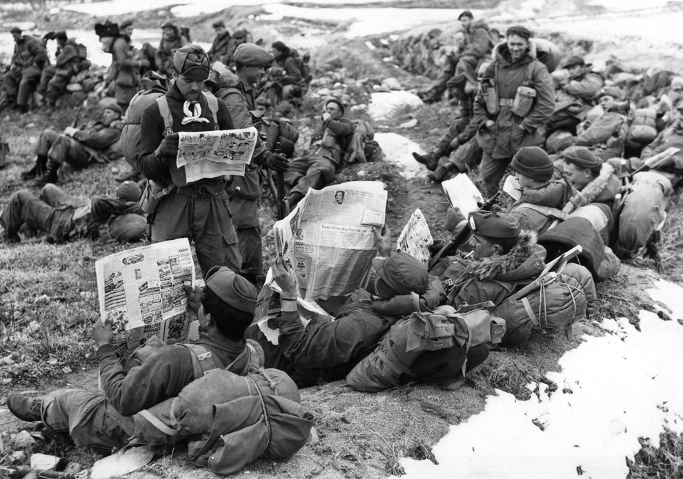 Канадские пехотинцы читают газеты, чтобы узнать новости из родины. Вскоре они должны двинуться вперед и выступить против военных сил коммунистического Китая, 9 февраля 1951 года. (AP Photo).jpg