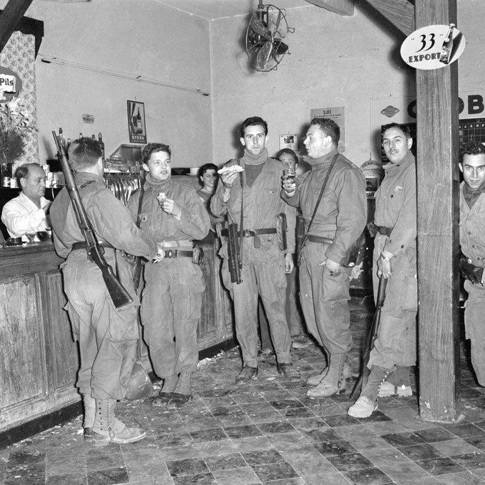 Les soldats du Service Cinématographique des Armées viennent en renfort pour patrouiller lors de la bataille d'Alger.