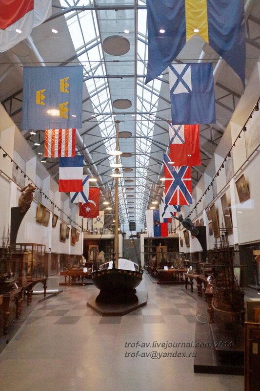 Ботик Петра Великого и слева захваченные знамена, Центральный военно-морской музей, Санкт-Петербург