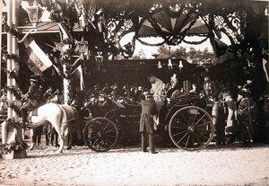 Военные чины встречают прибывших императора Николая II и императрицу Александру Федоровну.