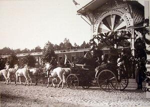 Встречающие императора Николая II и императрицу Александру Федоровну на станции у экипажа.