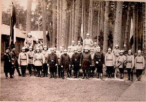 Группа членов пожарной команды перед началом учений.