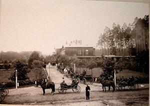 Экипажи,запряжённые лошадьми,у охотничьего домика,где останавливалась императорская семья.