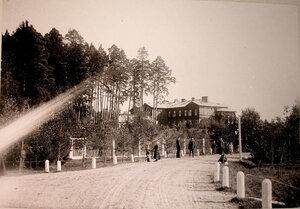Местные жители у охотничьего домика,где останавливалась императорская семья.