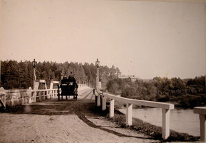 Экипаж на мосту вблизи охотничьего домика,где останавливалась императорская семья.