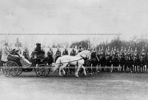 Шеф полка великая княгиня Мария Павловна в коляске проезжает мимо выстроевшегося на парад  Драгунского полка.