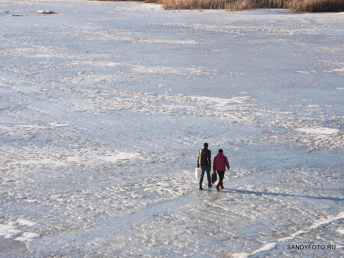По льду реки всё ещё ходят пешеходы